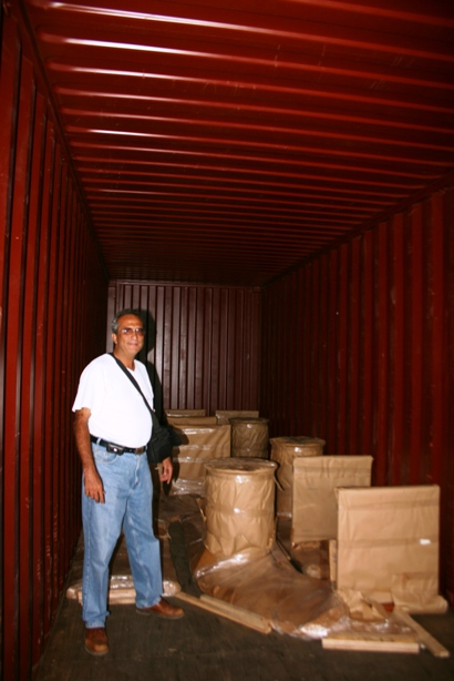 Lolo Morales supervisando la carga